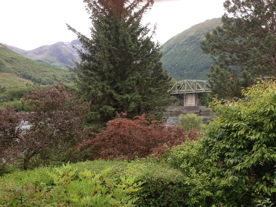 The Loch Leven Hotel: Looking out over hotel grounds