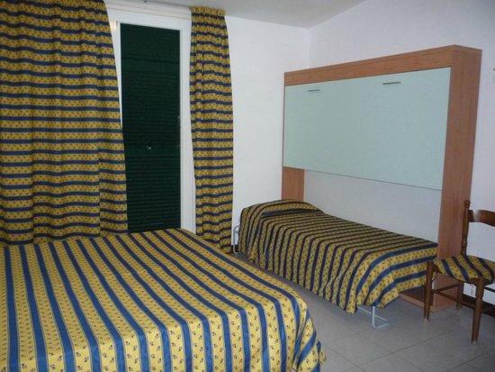 Hotel Bahamas : La Camera Con Letto Matrimoniale E Terzo Letto Singolo