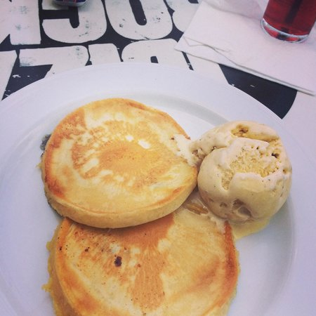 Ibiza Rocks Bar and Diner : Blueberry pancakes and ice cream breakfast
