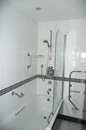 Lodore Falls Hotel: Bathroom