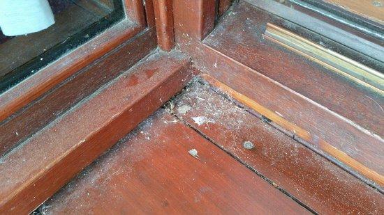 Days Inn Lockerbie Annandale Water: Dirty balcony