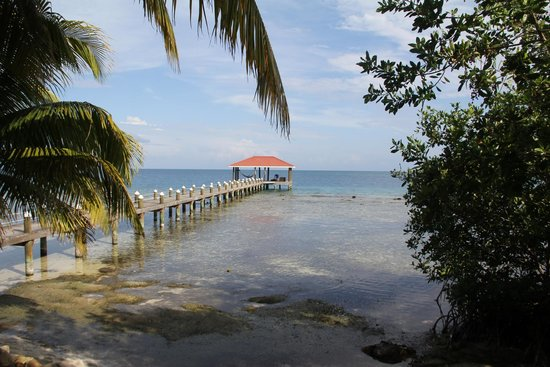 Hatchet Caye Resort: View from Honeymoon Cabana to South Dock
