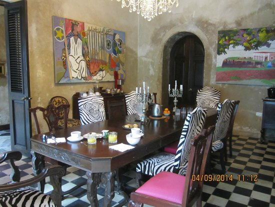 Villa Herencia: The room where breakfast is served. Great place to meet people and exchange sightseeing tips.