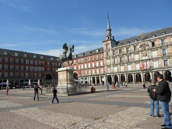 Plaza Mayor: LA CASA DE LA PANADERÍA Y ESTATUA DE FELIPE iii