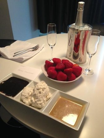 W Minneapolis - The Foshay : Strawberries and champagne surprise