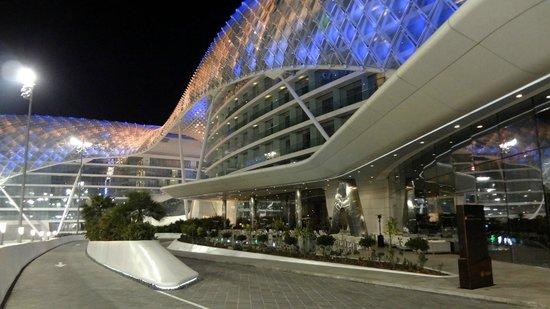 Yas Viceroy Abu Dhabi : Acceso al Lobby, vista de costado y frente del Hotel