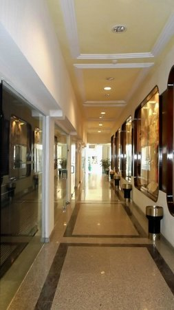 VIK Hotel San Antonio : Shop corridor