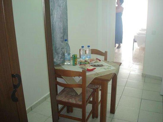 Atalos Suites: Мини-столовая