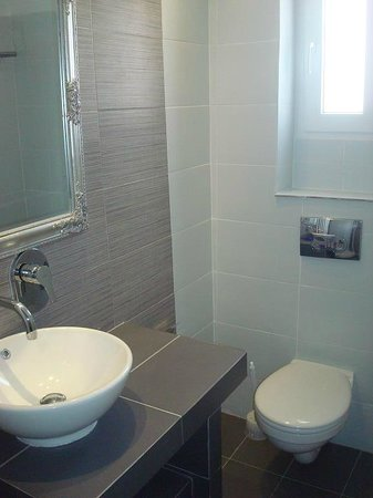 Atalos Apartments & Suites: Туалет