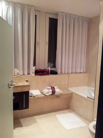 Mercure Hotel Potsdam City : ห้องน้ำเห็นวิวข้างนอก