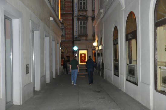 Hotel Austria: Walking up the alley to the hotel entrance