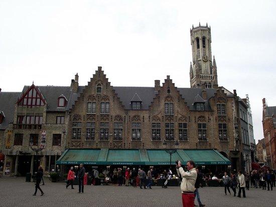 Burg Square: Um dos prédios na Praça Burg. Atrás do prédio, observa-se a Torre Belfort que fica na Praça Mark