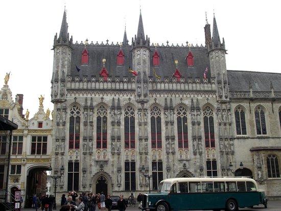 Burg : Fachada da Stadhuis (Prefeitura) de estilo gótico do século XV.