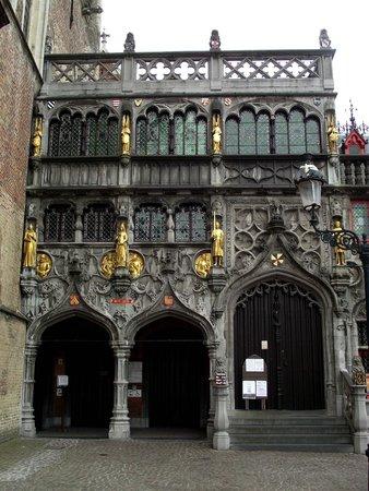 Burg : Fachada da Basílica do Sagrado Sangue do século XII, prédio cuja capela é dedica ao Santo Basíli