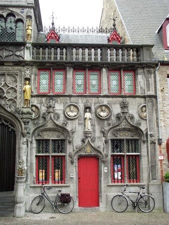 Burg Square: Basílica do Sagrado Sangue (século XII), onde supostamente abriga um frasco com o sangue de Cris