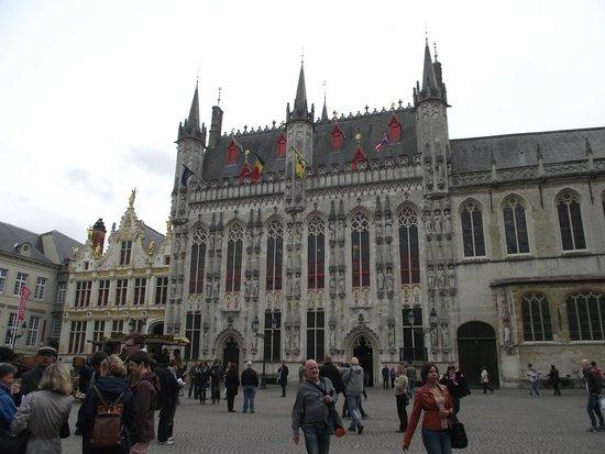 prédio da prefeitura visto da Praça Burg.