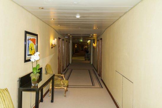 Four Seasons Hotel Ritz Lisbon: wide halls on room floors