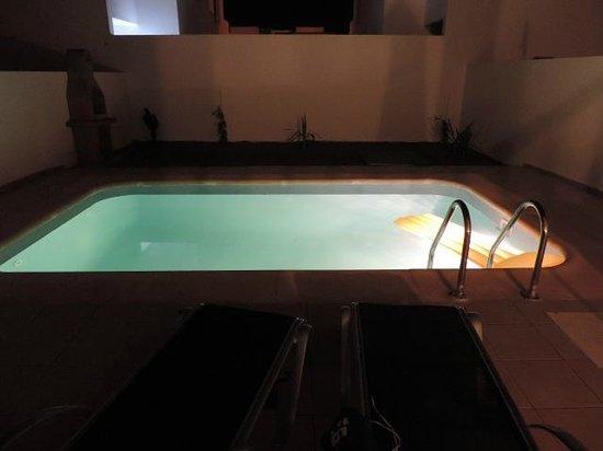 Villas Puerto Rubicon: Pool at night