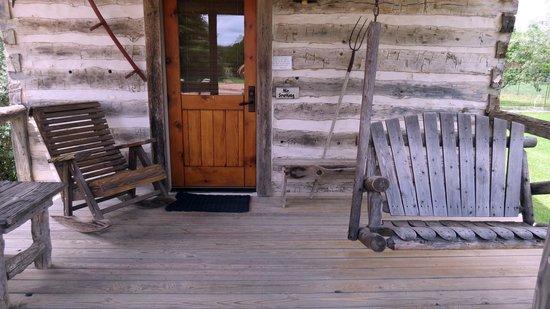 Chuckwagon Inn Bed & Breakfast: Bollinger Cabin front porch very comfortable