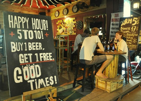 Hanoi Youth Hostel: Happy Hours - Buy one get one free every day!! your budget is king!
