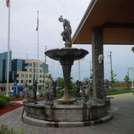 Monte Carlo Inn & Suites Downtown Markham: fountain at front entrance