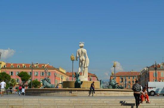 Place Massena: фонтан