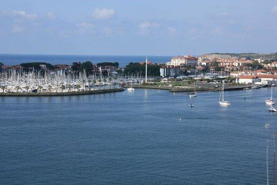 Parador de Hondarribia: Uitzicht op de Franse kust vanuit ons kamer