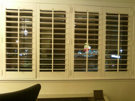 Governors Inn Hotel : shutters