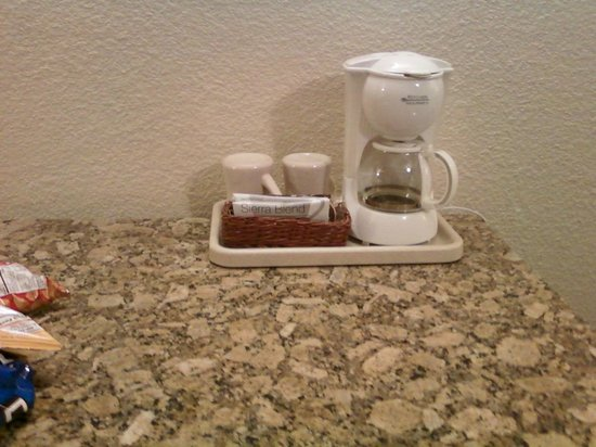 Governors Inn Hotel: complimentary coffee in room