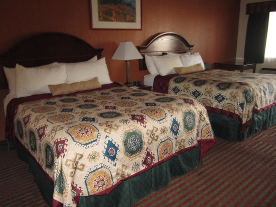Best Western Deming Southwest Inn: Deep room with fridge etc