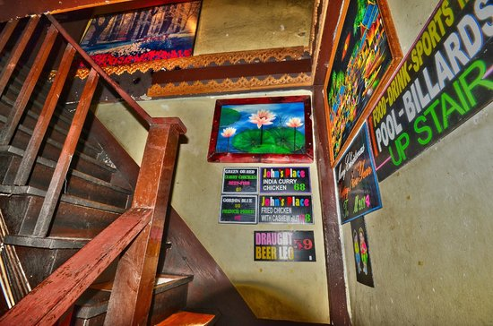 John's Place Sports Bar and Restaurant: interieur escalier