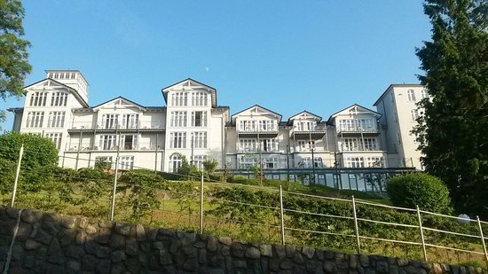 Hanseatic Rugen und Villen : Hotelansicht auf dem Weg nach unten zur Promenade