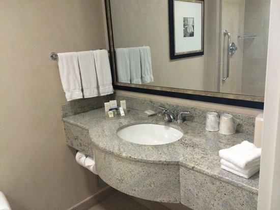Hilton Garden Inn New York/West 35th Street: Nice counter tops :) great bathroom overall! Nicer than my bathroom at home! Lol