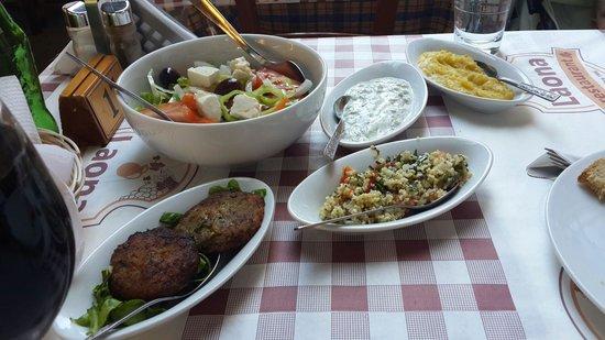 Laona Restaurant : Старт мезе. Салат,пюре из кобачков,вегетариантские котлетки,пшенка и соус йогурт и огурчики )))