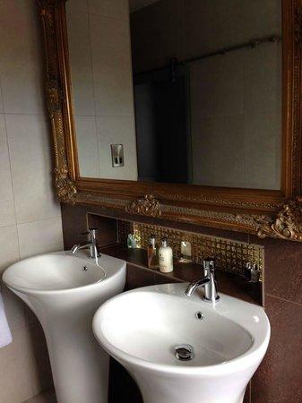 Edgar House: Bathroom