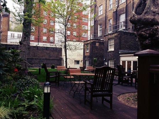 LSE Passfield Hall: Chill-out patio