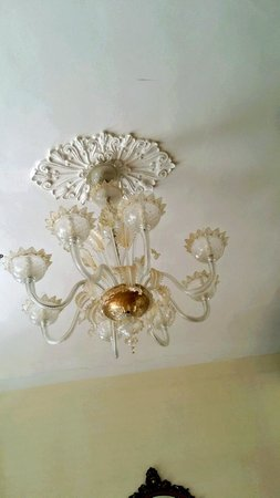 Locanda Leon Bianco: Lying on the bed looking at the ceiling is even a joy.  Murano Glass Chandelier.