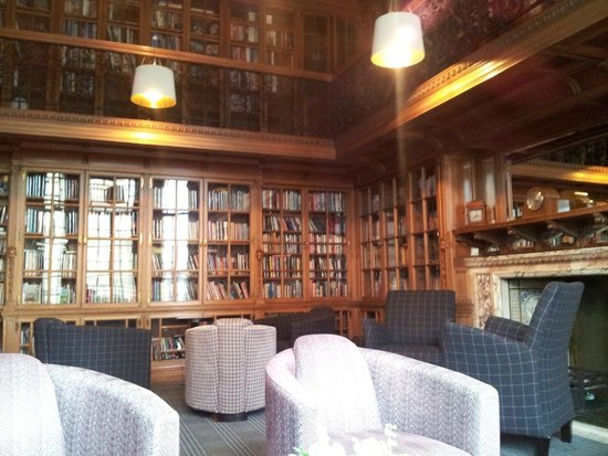 B+B Edinburgh : Hotel Library (perfect place for this school librarian)