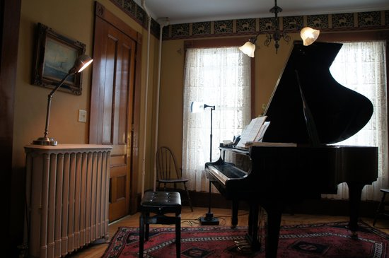 Maplecroft Bed And Breakfast: Piano Room