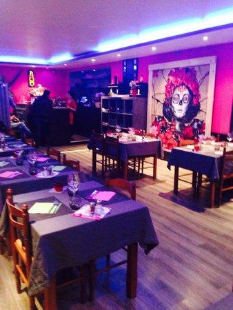Restaurante El Barrio Latino: Une des deux salles spacieuse et haute en couleurs!