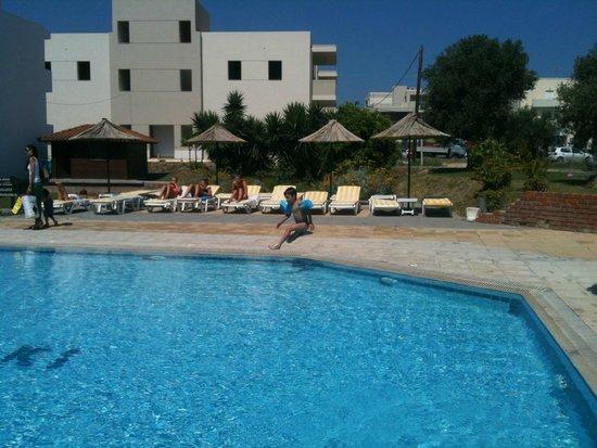 Theatraki Studios and Apartments : la piscina del teatrakis