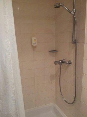 Hotel Berlin, Berlin: Badezimmer könnte langsam saniert werden, Duschkopf verkalkt und Vorhang veraltet. (171)