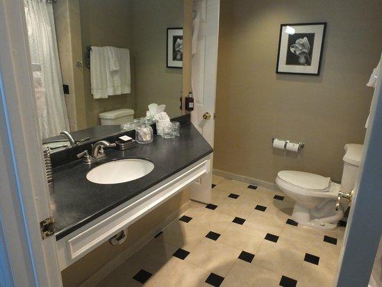 The Georgian Hotel: Bathroom.