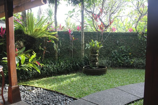 Tunjung Mas Bungalows and Resort: Our Bungalow's garden