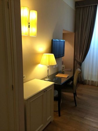 Palazzo San Lorenzo Hotel & Spa: Room desk