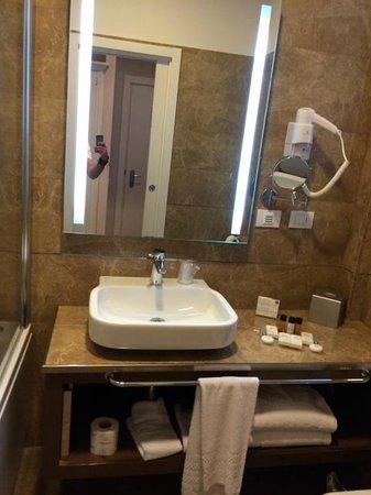 Palazzo San Lorenzo Hotel & Spa: Elegant bathroom furniture