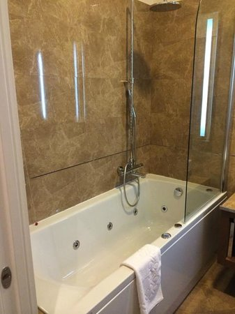 Palazzo San Lorenzo Hotel & Spa: Bathtub with whirlpool