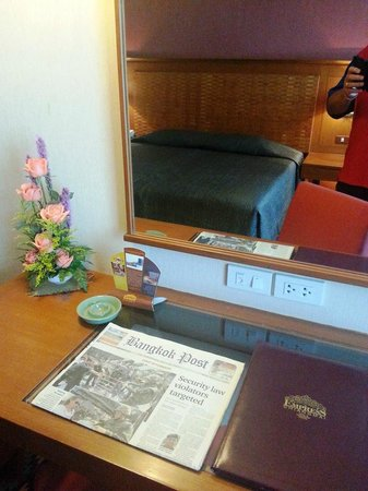 Empress Hotel: Weekly Floral arrangements in room