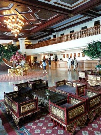 Empress Hotel: Attentive staff at reception