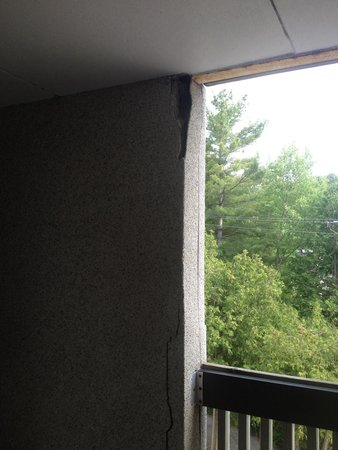 Horseshoe Resort: The building has large cracks